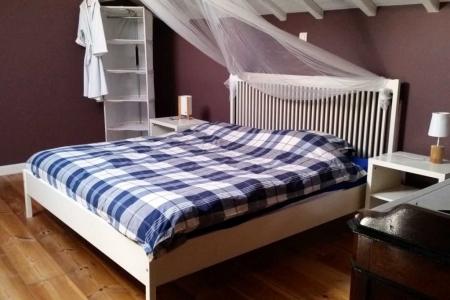 Maison Christol - slaapkamer met dubbel bed en kinderbedje